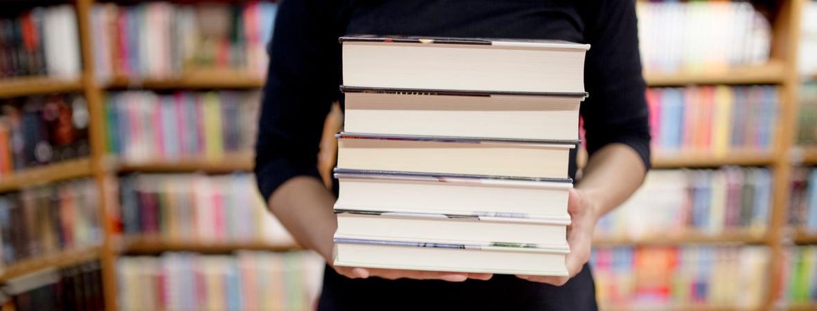 Библиотекарь со стопкой книг